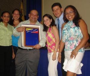 Dr. Ovidio León, Vice-Rector Regional, recibió placa otorgada a la UNEXPO